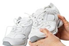 Sportschuhe in seinen Händen Stockfotos
