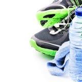 Sportschuhe und Wasserflasche Entspannung durch pilates Kugel Stockfotografie