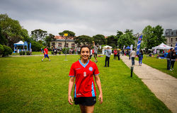 Sportsgirl que sonríe en festival de los deportes Imagenes de archivo