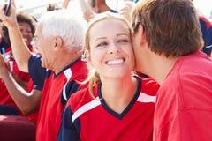 Sportåskådare i Team Colors Celebrating Royaltyfri Fotografi