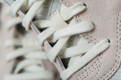 Sportskor med vit snör åt arkivfoto