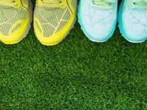 Sportskor på gräset Royaltyfri Bild
