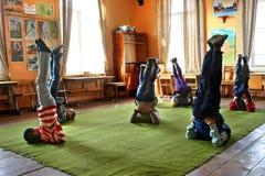 Sportsliga aktiviteter i byskolan, skuldra-ställning poserar, cand Arkivbild