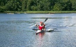 Sportsliga konkurrenser på kajaker och kanoten royaltyfri foto