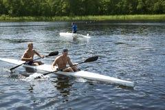 Sportsliga konkurrenser på kajaker och kanoten arkivbilder