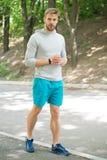 sportsman sportman opleiding in park de spiersportman ontspant na opleiding maniersportman op weg in bos royalty-vrije stock fotografie