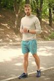 sportsman sportman opleiding in park de spiersportman ontspant na opleiding maniersportman op weg in bos stock afbeeldingen