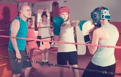 Sportsmans dei bambini all'allenamento di pugilato con la vettura Immagini Stock