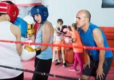 Sportsmans dei ragazzi all'allenamento di pugilato con l'istruttore Fotografia Stock Libera da Diritti
