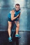 sportsmen geeigneter männlicher Trainermann, der Übungen mit Expandern, Konzept crossfit Eignungstrainings-Stärkemacht tut Lizenzfreies Stockbild