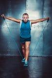 sportsmen geeigneter männlicher Trainermann, der Übungen mit Expandern, Konzept crossfit Eignungstrainings-Stärkemacht tut Stockbild