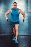 sportsmen geeigneter männlicher Trainermann, der Übungen tut Stockbild