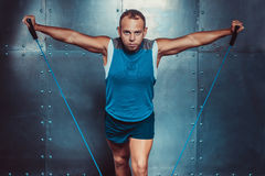 sportsmen homem masculino apto do instrutor que faz exercícios com expansores, poder da força do exercício da aptidão do crossfit fotografia de stock royalty free