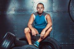 sportsmen o homem masculino apto do instrutor mantém os pneus de carro, poder da força do exercício da aptidão do conceito fotografia de stock royalty free