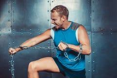 sportsmen os suportes e o rasgo aptos do homem metal a corrente, poder da força do exercício da aptidão do crossfit do conceito fotos de stock royalty free