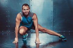 sportsmen potere maschio adatto di forza di allenamento di forma fisica di concetto dell'uomo dell'istruttore Fotografie Stock