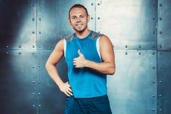 sportsmen potere maschio adatto di forza di allenamento di forma fisica di concetto dell'uomo dell'istruttore Fotografia Stock
