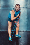 sportsmen uomo maschio adatto dell'istruttore che fa gli esercizi con gli estensori, potere di forza di allenamento di forma fisi Immagine Stock Libera da Diritti