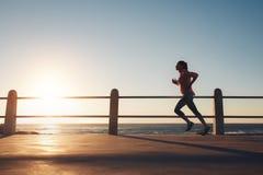 Sportsmenka bieg na drodze morzem Zdjęcie Royalty Free