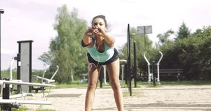 Sportsmenka rozgrzewkowa up w parku zdjęcie wideo