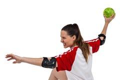Sportsmenka rzuca piłkę Zdjęcia Royalty Free