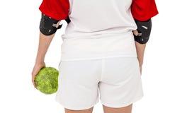 Sportsmenka trzyma piłkę fotografia stock