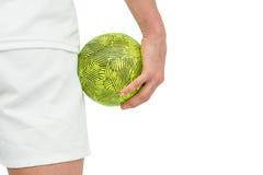 Sportsmenka trzyma piłkę obraz stock