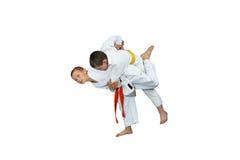 2 sportsmens мальчика выполняют ходы дзюдо Стоковое Изображение
