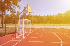 Sportspeelplaats voor voetbal en basketbal, rubberstadion voor opleiding, zonlichteffect stock afbeelding