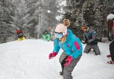 Sportspeople de groupe sur la montagne faisant des boules de neige Images stock