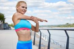 Sportswear των γυναικών αθλητών η κατάλληλη λεπτή διάπλαση αθλητική χτίζει Στοκ φωτογραφία με δικαίωμα ελεύθερης χρήσης