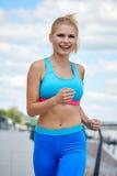 Sportswear των γυναικών αθλητών η κατάλληλη λεπτή διάπλαση αθλητική χτίζει Στοκ Φωτογραφία