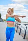 Sportswear των γυναικών αθλητών η κατάλληλη λεπτή διάπλαση αθλητική χτίζει Στοκ Εικόνες