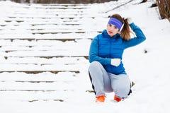 Sportswear женщины нося работая снаружи во время зимы Стоковое Изображение