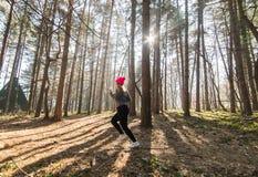 Sportswear и ход девушки нося в лесе на горе Стоковые Изображения