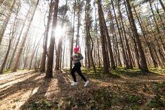 Sportswear и ход девушки нося в лесе на горе Стоковая Фотография RF