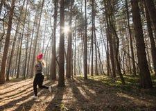Sportswear и ход девушки нося в лесе на горе Стоковая Фотография
