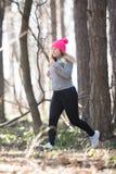 Sportswear и ход девушки нося в лесе на горе Стоковое Изображение