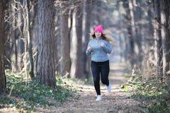 Sportswear и ход девушки нося в лесе на горе Стоковое Изображение RF