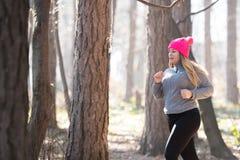 Sportswear и ход девушки нося в лесе на горе Стоковое Фото