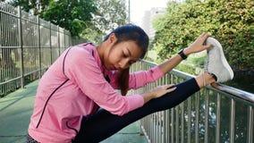 Sportswear моды девушки спорта фитнеса делая тренировку фитнеса йоги в улице Подходящая молодая азиатская женщина делая разминку  Стоковое Изображение