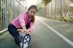 Sportswear моды девушки спорта фитнеса делая тренировку фитнеса йоги в улице Подходящая молодая азиатская женщина делая разминку  Стоковое Фото