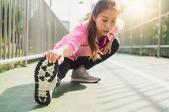 Sportswear моды девушки спорта фитнеса делая тренировку фитнеса йоги в улице Подходящая молодая азиатская женщина делая разминку  Стоковое фото RF