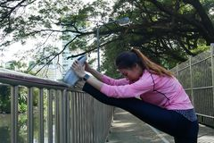 Sportswear моды девушки спорта фитнеса делая тренировку фитнеса йоги в улице Подходящая молодая азиатская женщина делая разминку  Стоковые Изображения RF
