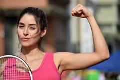Sportswear мышечной колумбийской девушки нося с ракеткой тенниса Стоковое Изображение
