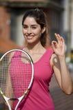 Sportswear одобренной женской девушки теннисиста нося с ракеткой тенниса Стоковое Фото