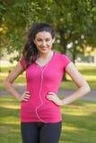 Sportswear счастливой молодой женщины нося представляя в парке Стоковое Фото