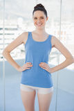 Жизнерадостная худенькая женщина в представлять sportswear стоковая фотография rf