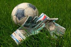 Sportswear e futebol do goleiros da bola na grama imagem de stock royalty free