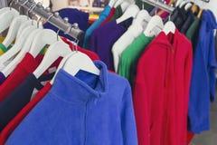 Sportswear em um gancho na loja imagens de stock royalty free